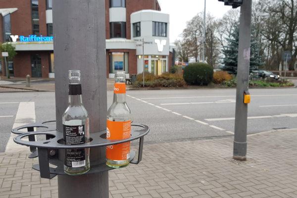 Das Bild zeigt einen Pfandring mit zwei Pfandflaschen.