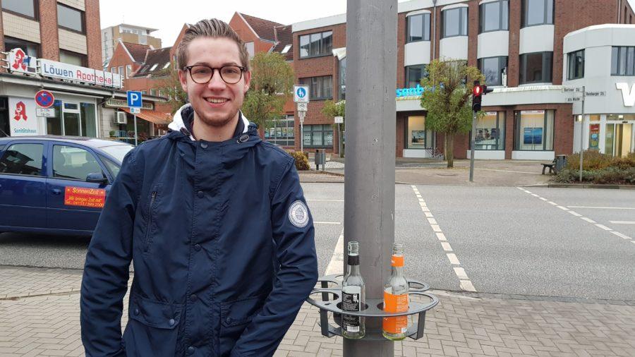 Das Bild zeigt den stellvertretenden SPD-Ortsvereinsvorsitzenden Henrik Behr links neben den Pfandringen.