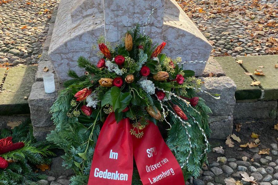 """Das Bild zeigt einen Gedenkkranz mit der Aufschrift """"Im Gedenken, SPD Ortsverein Lauenburg"""", der auf dem Ehrenfriedhof in Lauenburg zum Volkstrauertag 2020 niedergelegt wurde."""